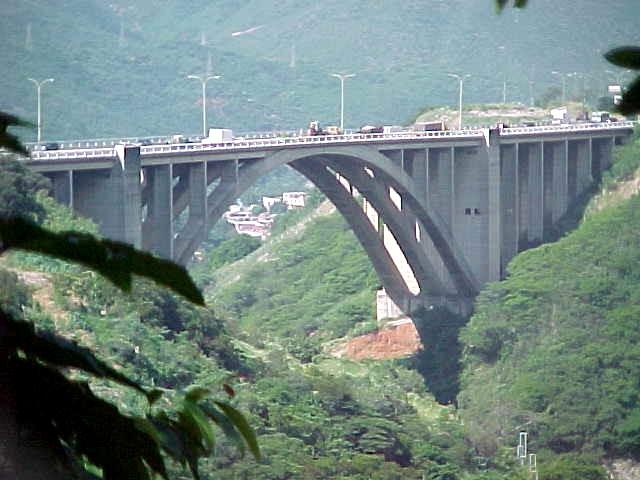 Autopista_Caracas_-_La_Guaira_dicembre_2000_029